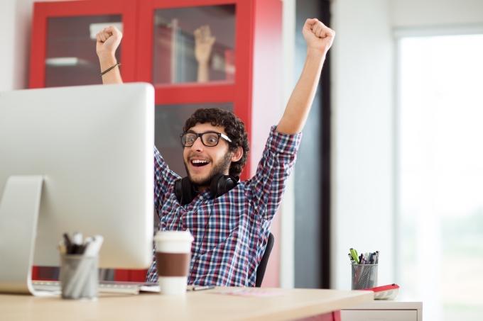 Estudante aprovado, feliz, computador, comemorando
