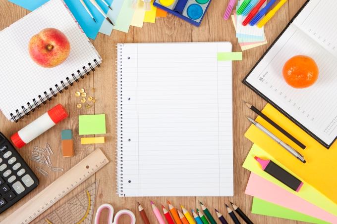 mesa de estudos com caderno