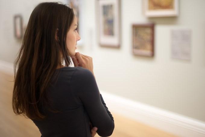 Mulher no museu