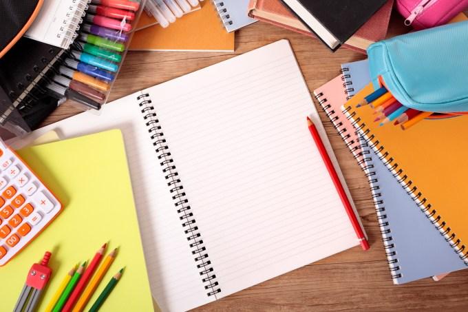 Material escolar, cadernos, lápis, estojo