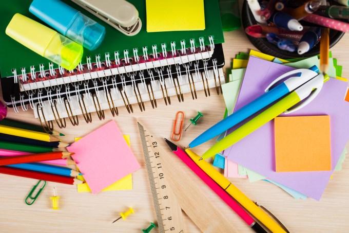 Materiais escolares e de escritório. Canetas, lápis, régua, post-it, cadernos