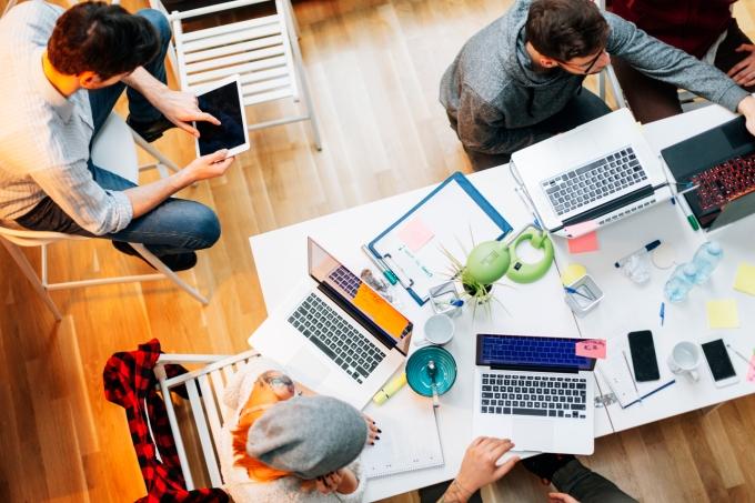 Grupo de pessoas estudando ou trabalhando computadores
