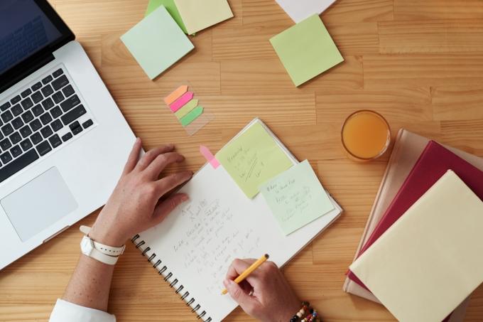 Planejando, estudando, mesa, post-its, computador, cadernos
