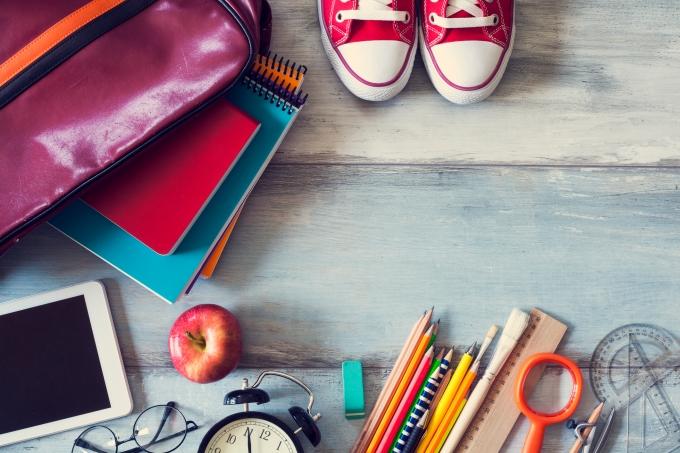 Materiais escolares, canetas, régua, cadernos, mochila