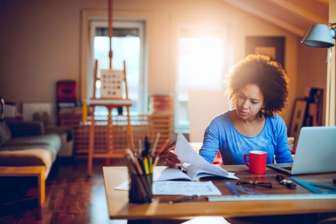 Mulher estudando, livros, computador, caneca, canetas