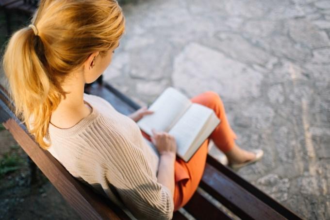 Jovem lendo um livro, leitura
