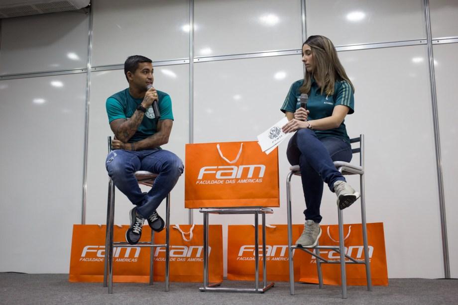 O jogador Dudu, do Palmeiras, participou de um bate-papo com os alunos na sexta-feira (15).