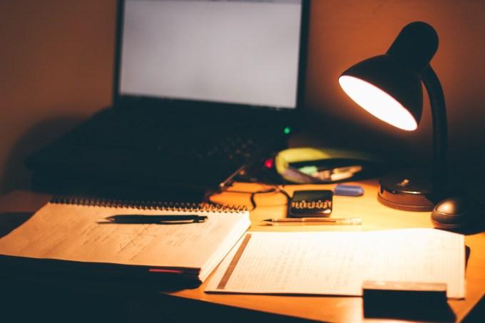 Mesa, estudando, computador, cadernos, luz, noite