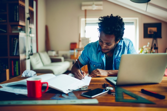 Aluno estudando, livros, réguas, computador, escrevendo