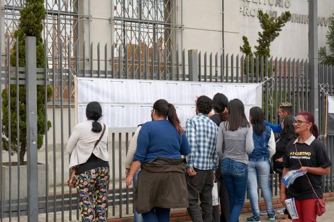 Estudantes checam sua sala para prova do Enem