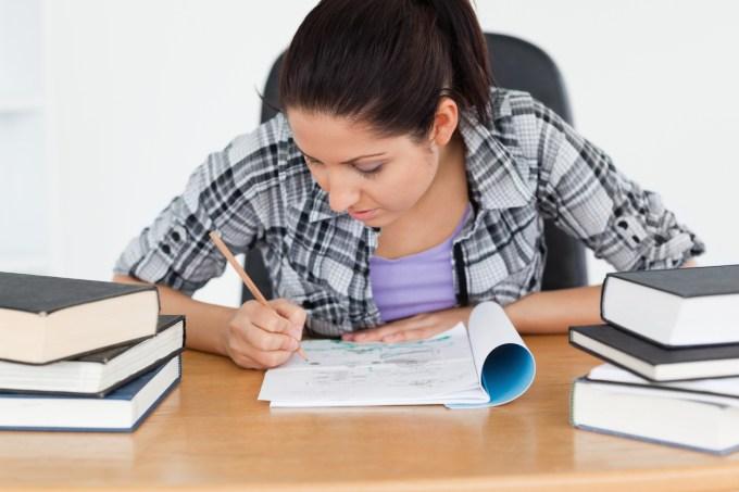 Jovem estudante com livro