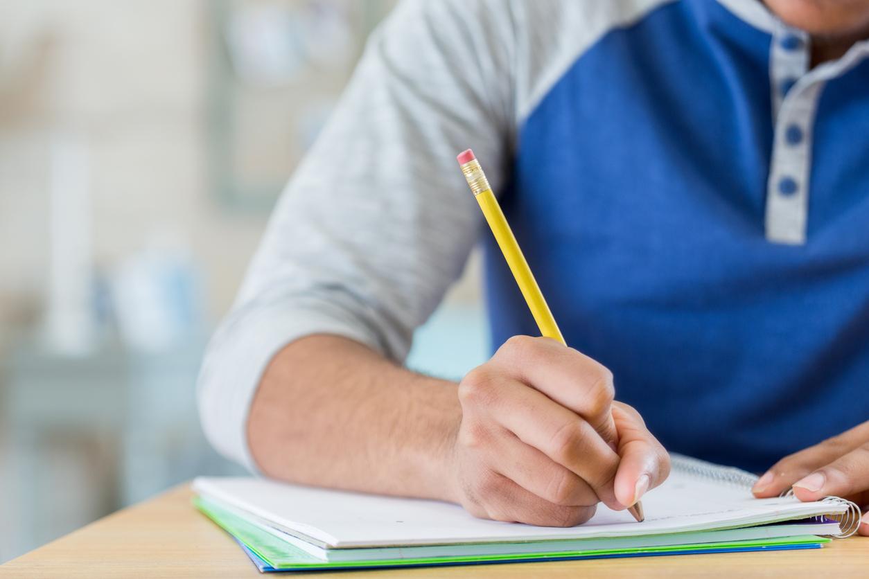 Estudante escrevendo rascunho da redação