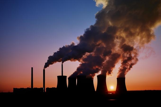 Fumaça saindo de chaminés de indústria