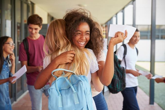 Duas jovens comemorando a aprovação no vestibular