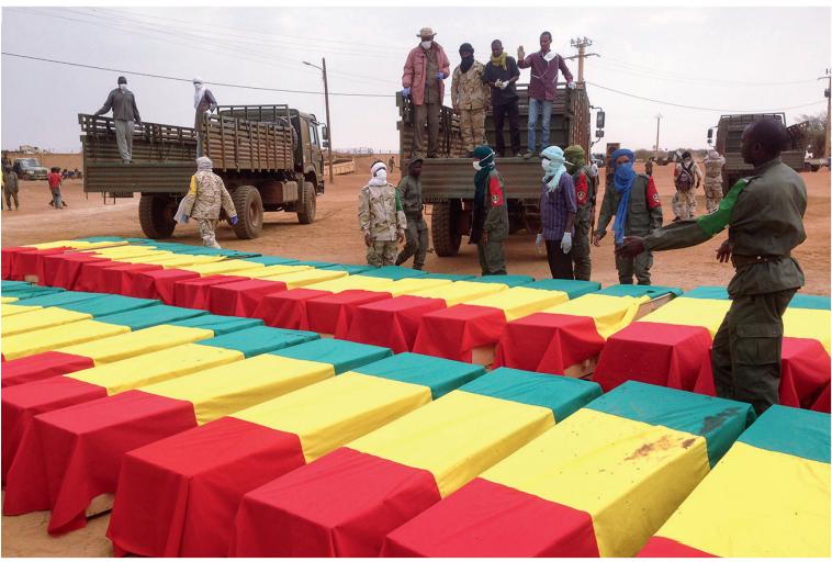 Dezenas de caixões cobertos com a bandeira de Mali