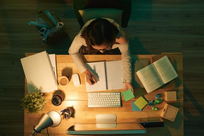 Aluna na mesa de estudos