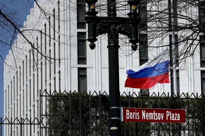 Bandeira russa em embaixada