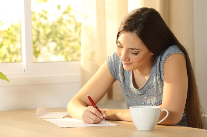 estudante-redação-escrever-caderno