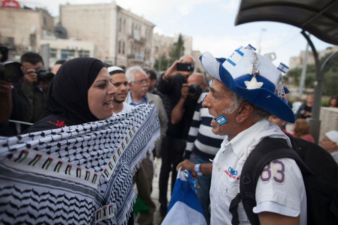 Israelense e palestina discutindo