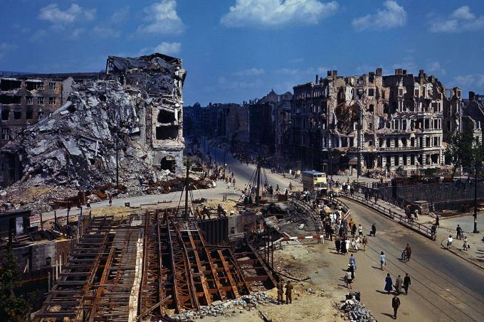Veja imagens em cores de Berlim sendo reconstruída após o fim da Segunda Guerra