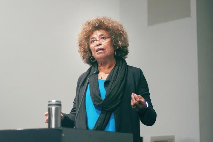 Conheça 3 livros de Angela Davis, ex Pantera Negra que visitou o Brasil essa semana