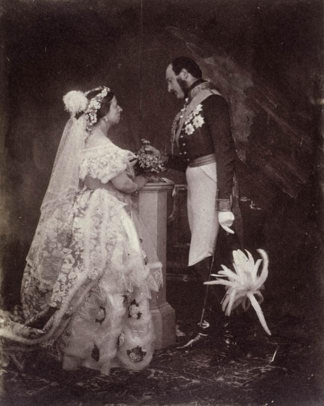 A Rainha Vitória e o Príncipe Albert catorze anos depois de seu casamento, posando com os trajes usados na cerimônia para uma fotografia real