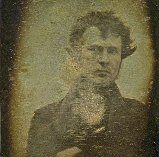 Robert Cornelius foi o primeiro a fazer uma selfie na história! O americano teve que ficar cerca de 15 minutos parado para concluir o processo