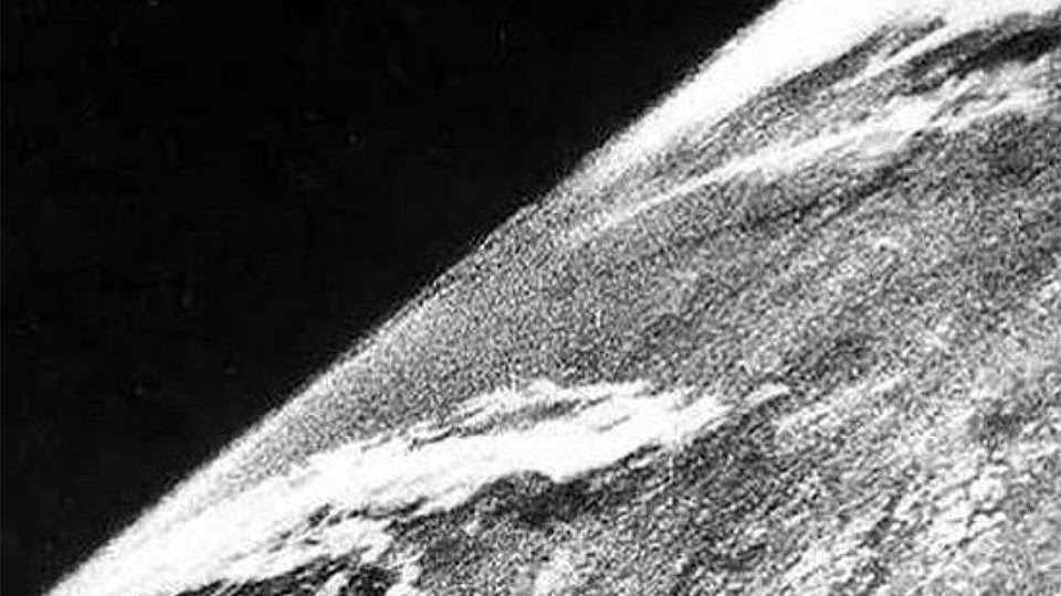 Pegando carona com as tecnologias desenvolvidas no fim da Segunda Guerra Mundial, a primeira fotografia do espaço foi feita por uma câmera acoplada em um míssil, em 1946