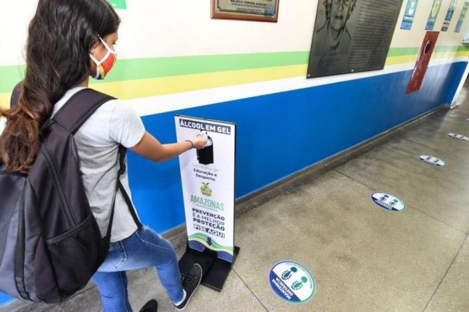 Escola do Amazonas com sinalização e álcool em gel