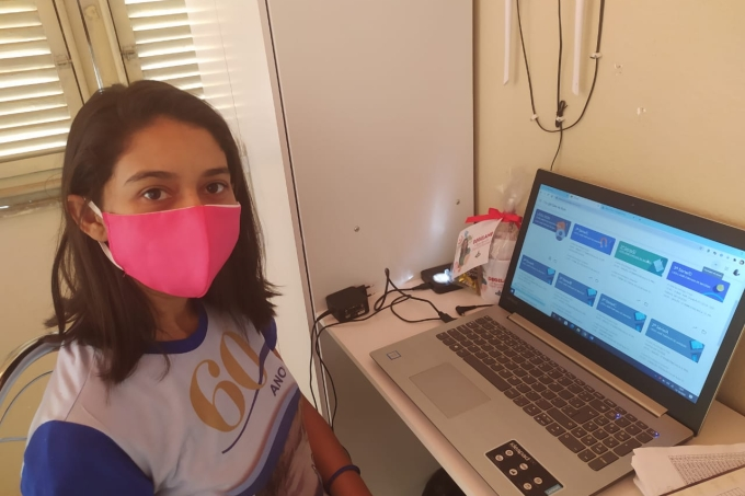 Professora Degilane prepara a aula de Educação Física em um canal do YouTube durante a pandemia do coronavírus