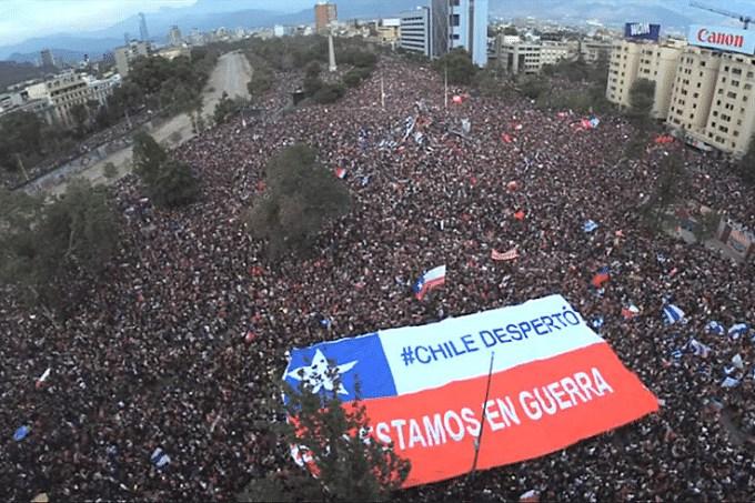 Depois de um pouco mais de um ano de protestos, o Chile foi em massa às ruas neste domingo (25) para decidir se quer ou não uma nova Constituição