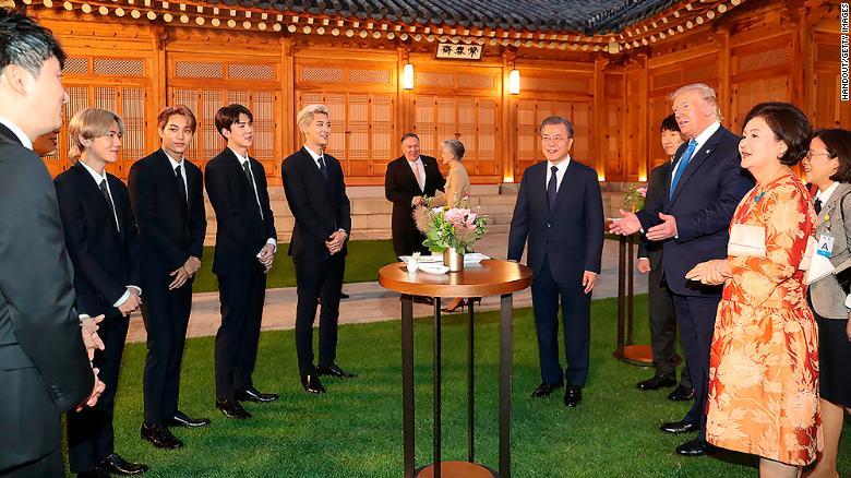 Grupo coreano EXO recebendo o presidente dos EUA, Donald Trump.