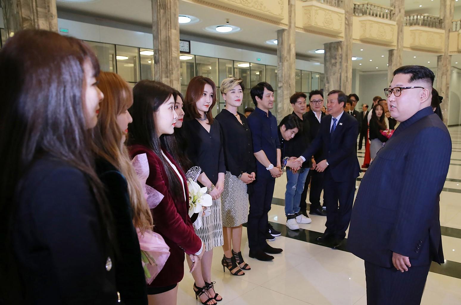 O grupo feminino Red Velvet foi escolhido para acompanhar a visita das autoridades sul-coreanas à Coréia do Norte, em 2018. Na foto, cumprimentam o líder Kim Jong-um.