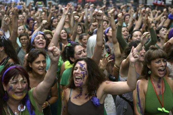 Mulheres argentinas em vigília pela aprovação do aborto legal no país