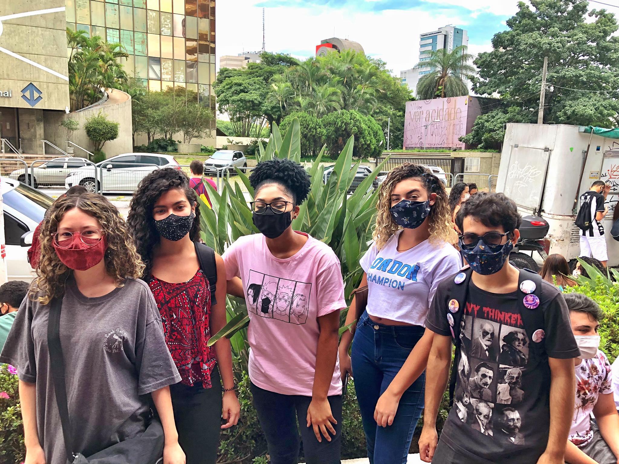 Os amigos da escola Antonio Sampaio fazem Enem juntos: Mariana, Luana, Milena Matheus e Victoria