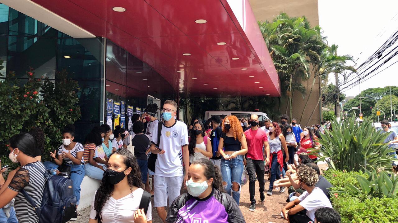 Local de prova em São Paulo tem entrada movimentada no segunda prova do Enem.