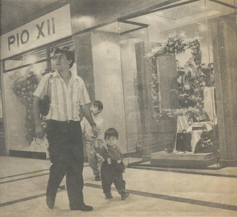 Na foto, o professor colombiano Sebastian Fuentes segura a mão do pai em um passeio pela São Paulo dos anos de 1980.