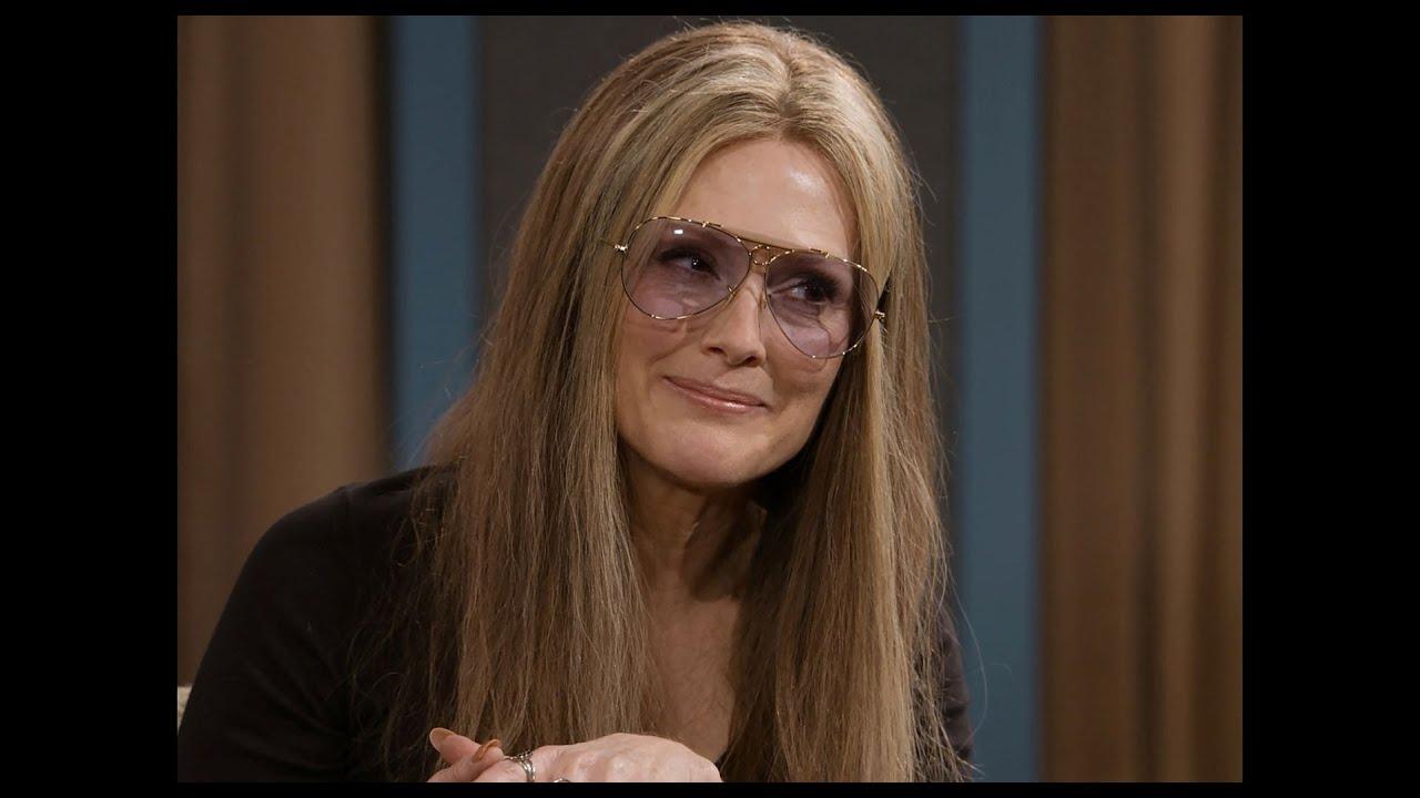Julianne Moore como Gloria Steinem em sua maturidade como ativista.