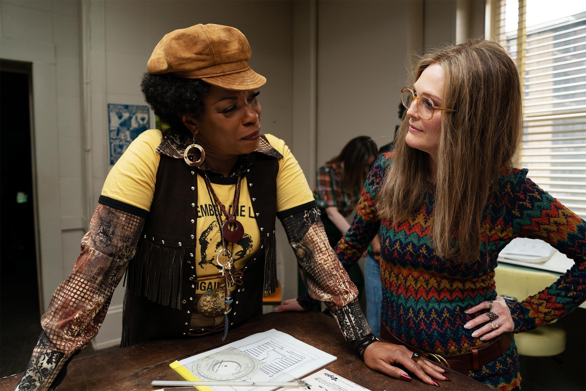 A ativista Flo Kennedy (Lorraine Toussaint) ao lado de Gloria Steinem (Julianne Moore), em cena do filme The Glorias.
