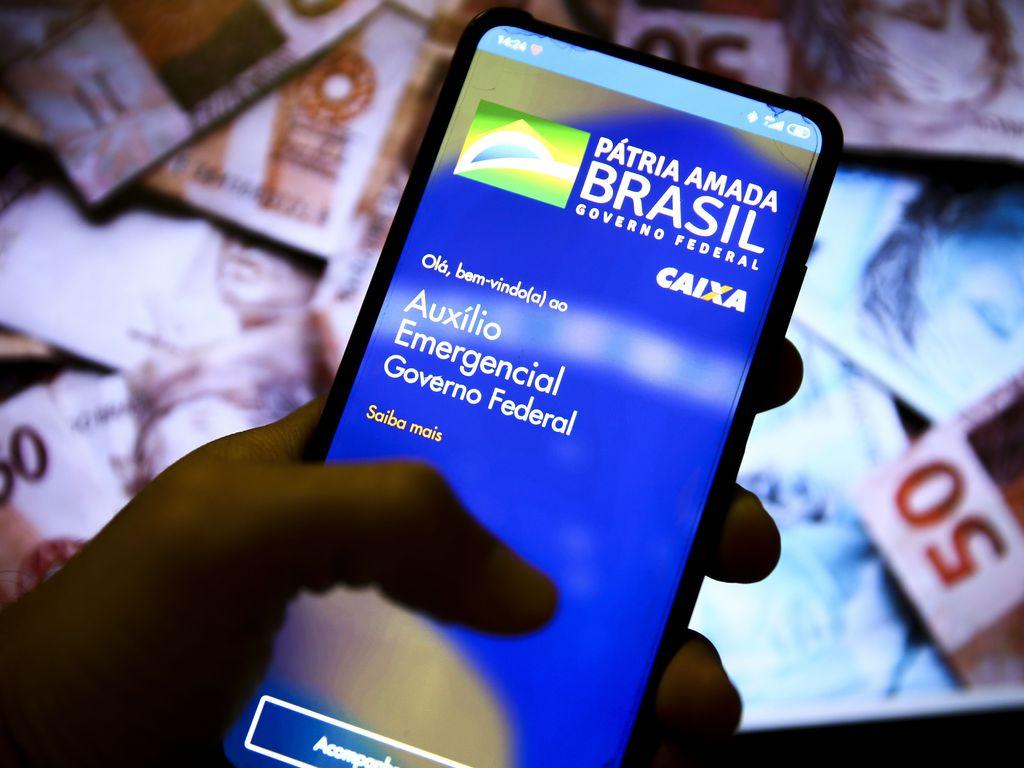 Usuário acessa aplicativo do auxílio emergencial criado durante a pandemia
