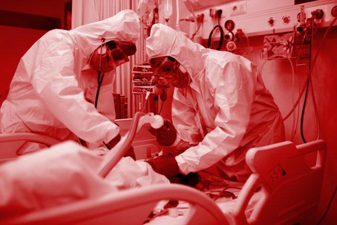 Profissionais de saúde intubam paciente com Covid-19