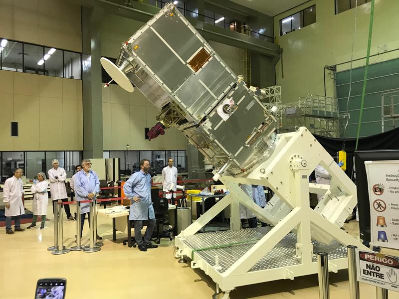 O satélite ainda em construção, no centro de pesquisa do Inpe em São José dos Campos
