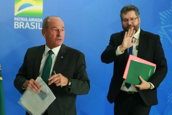 O general Azevedo e Silva e o ex-chanceler Ernesto Araújo, recém-saídos do governo Bolsonaro
