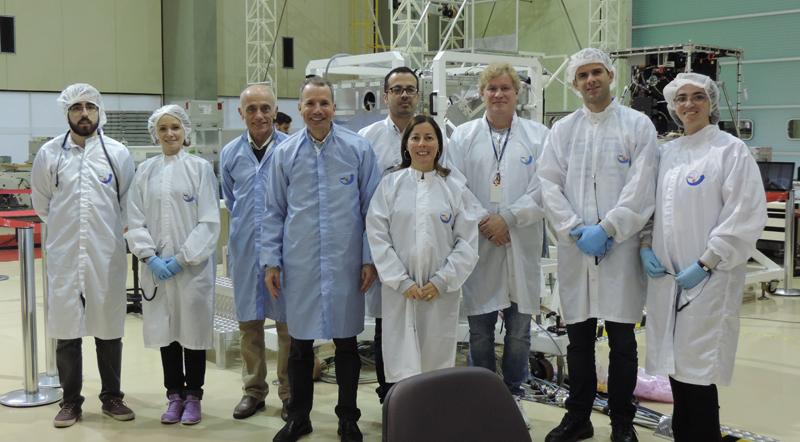 A equipe responsável pelo trabalho de desenvolvimento do satélite