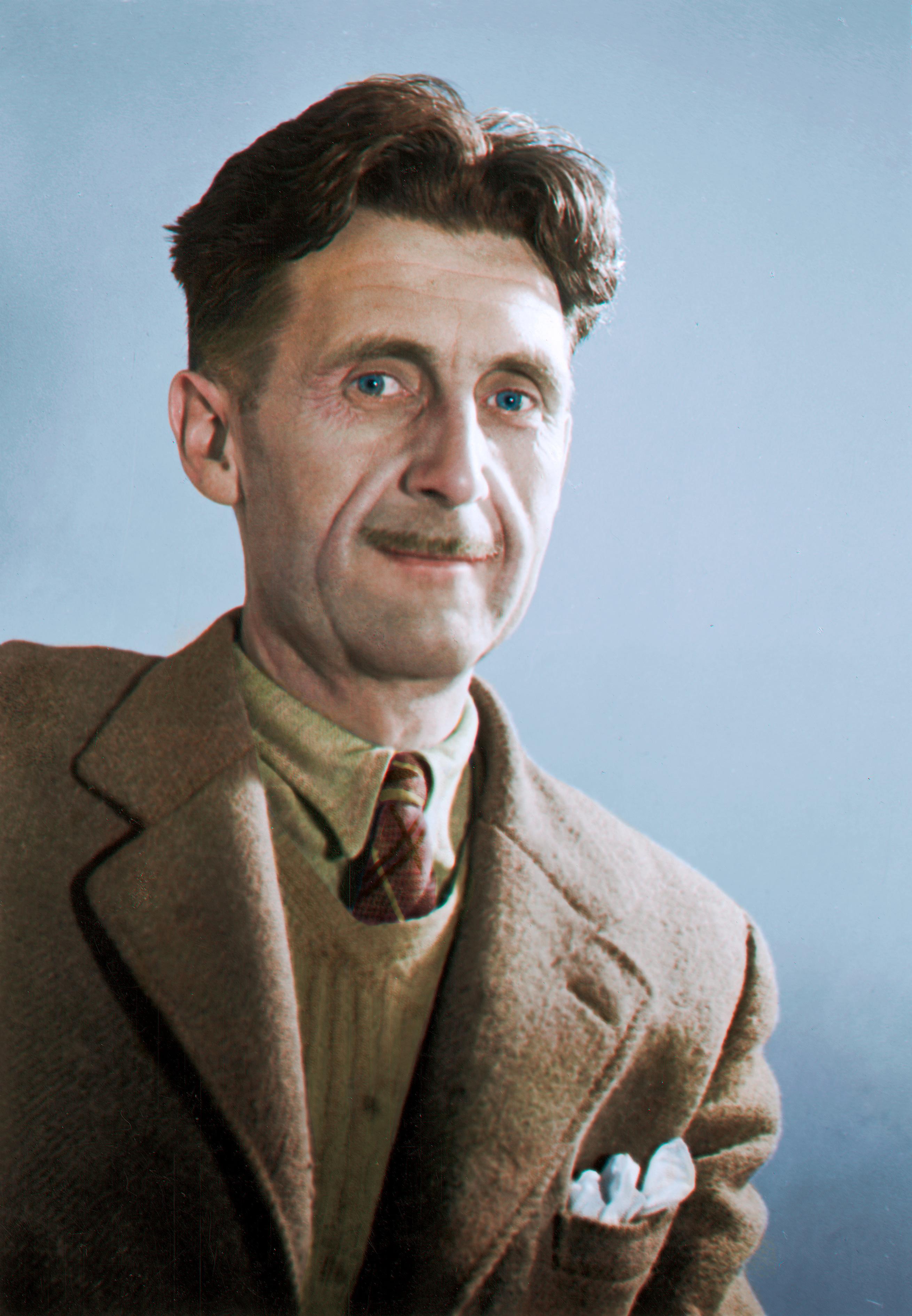 Retrato do autor George Orwell, da altura do peito para cima. Orwell é um homem branco, de cabelos castanhas e olhos azuis. Tem um bigode fino e está usando um blaser, um colete e uma camisa em tons marrons.