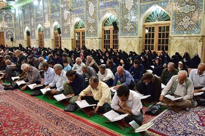 Ramadan_1439_AH,_Qur'an_reading_at_Razavi_Mosque,_Isfahan_-_27_May_2018_24