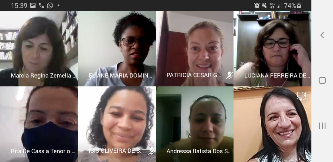 Grade de imagens numa videochamada. Oito mulheres sorriem, cada uma de sua casa.