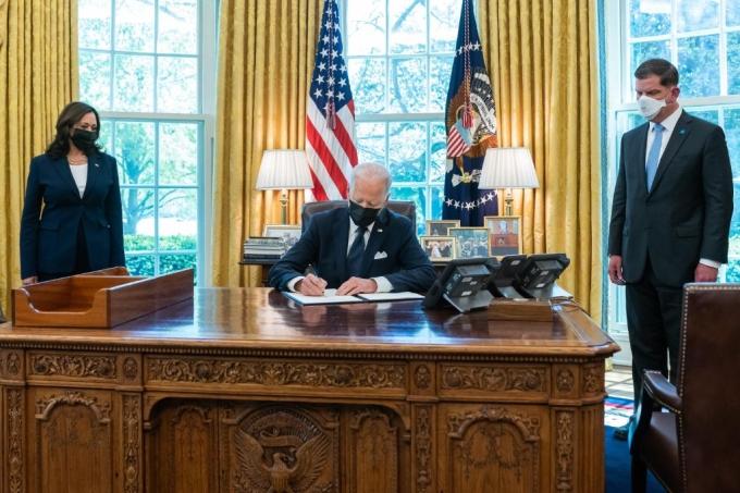 O presidente americano Joe Biden assina documento na Casa Branca