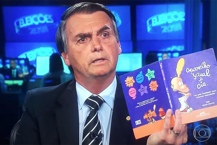 Jair Bolsonaro segura um livro