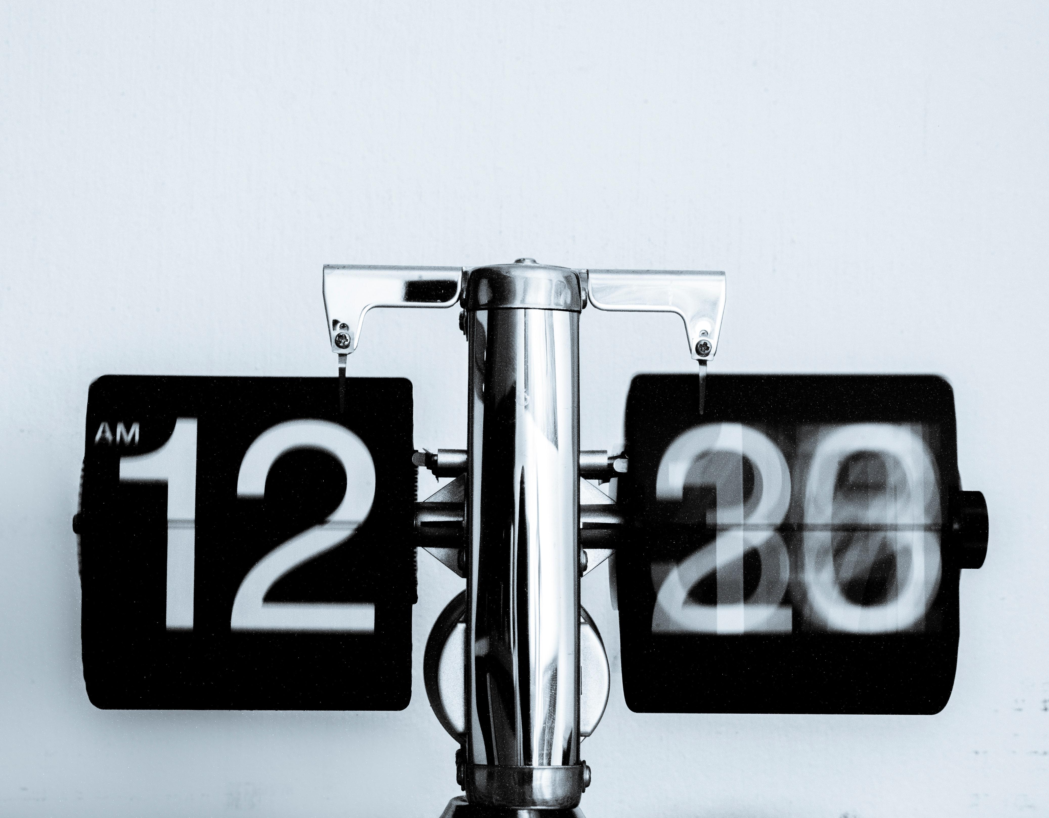 Relógio, aparentemente em que o tempo passa muito rápido, já que o campo dos minutos está borrado.